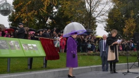 The Queen unveiling the plaque at Jubilee Gardens, photo SBEG